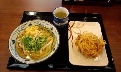 美味しい丸亀製麺 宜野湾店のかけうどんと野菜かき揚げ