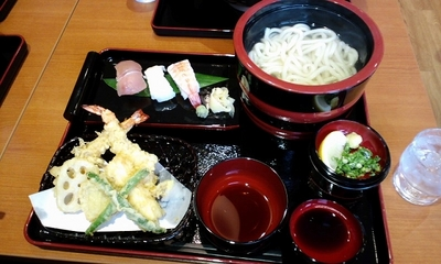 関西の老舗うどん屋さん 得得の寿司大海老天ぷらセット